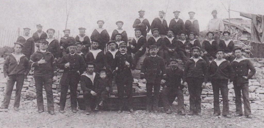 Hendaye. 1892. Loti commandant du Javelot, stationnaire de la Bidassoa. Il pose avec son fils Samuel qui a deux ans.