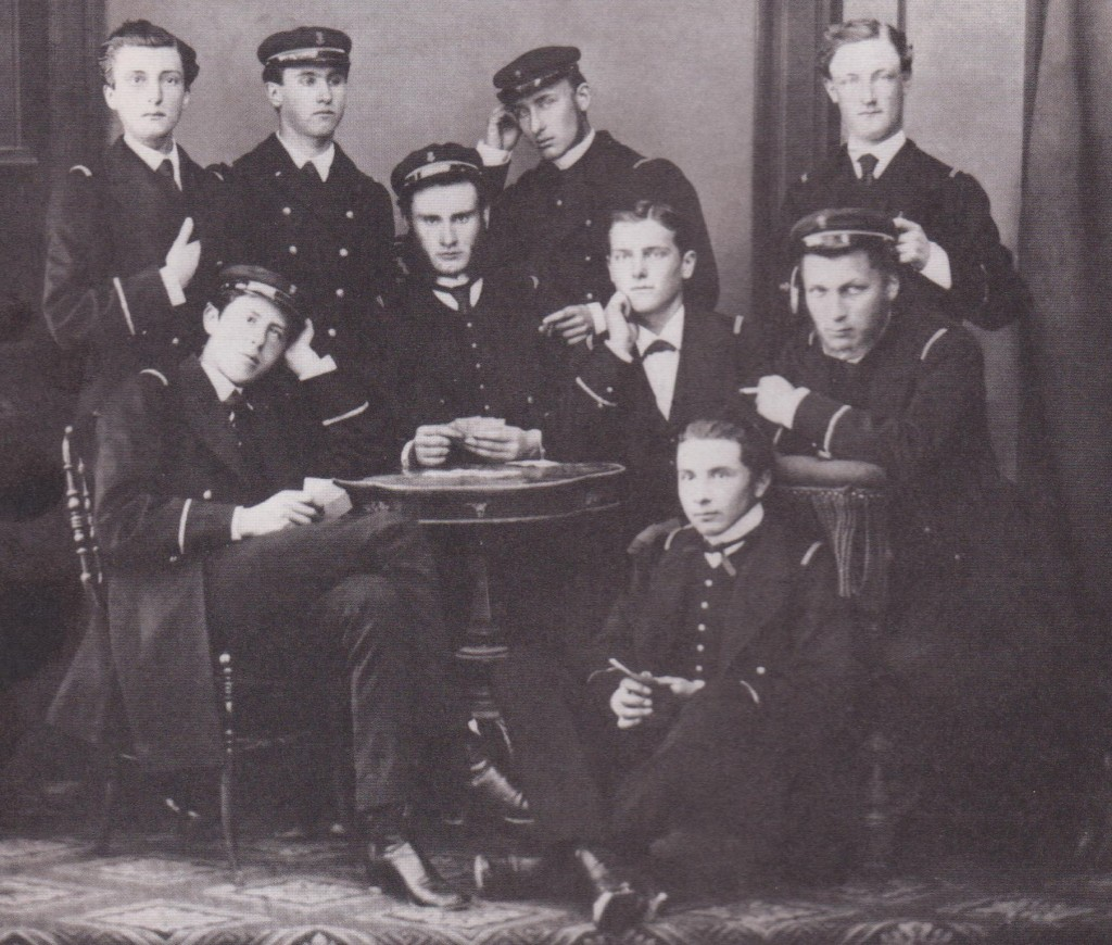 vers 1868. Brest. avec un groupe d'élèves du Borda. Julien est debout à gauche, au dessus de l'élève qui ressemble un peu à Oscar Wilde.