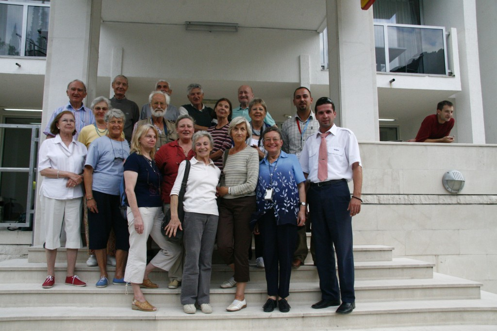 Groupe Loti devant l'hôtel tara à Cétigne
