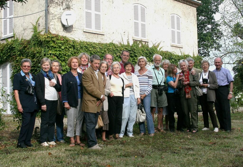 Groupe de Lotistes devant le Bertranet, maison de la mère de Blanche qui y vécut avec Samuel depuis son départ de Rochefort jusqu'à sa mort en 1940.