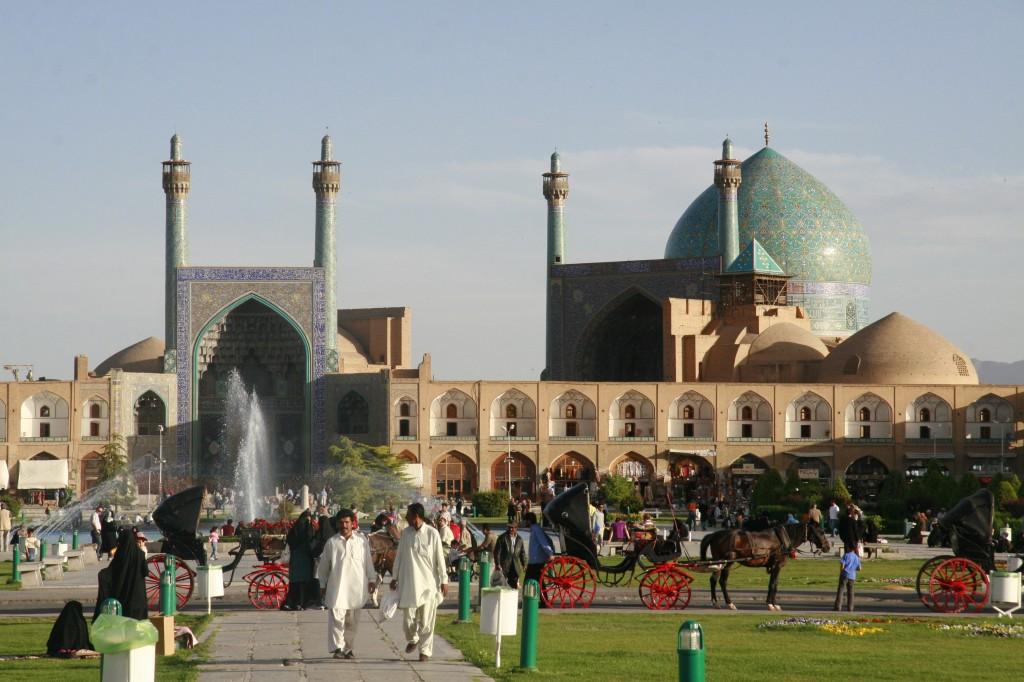 Ispahan, place royale côté sud avec mosquée de l'Imam admirée par loti