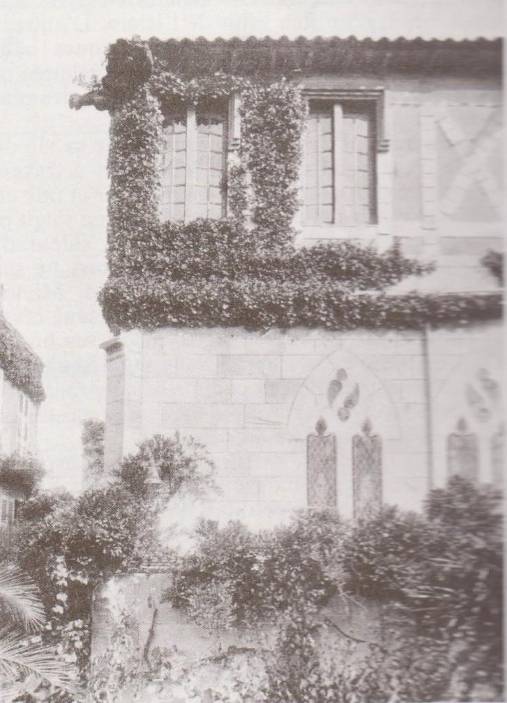 Maison Loti-Vieille cour-fenêtres gothique
