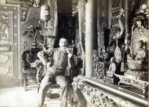 Pierre Loti chez lui dans sa pagode dans la Salle dite « La Pagode japonaise » en 1893, photographie de Dornac © Bibliothèque en ligne Gallica.