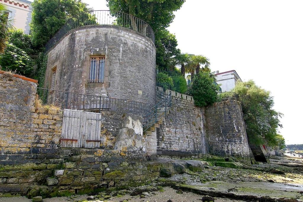 Au-devant de la tour nord, porte d'accès pour les barques.