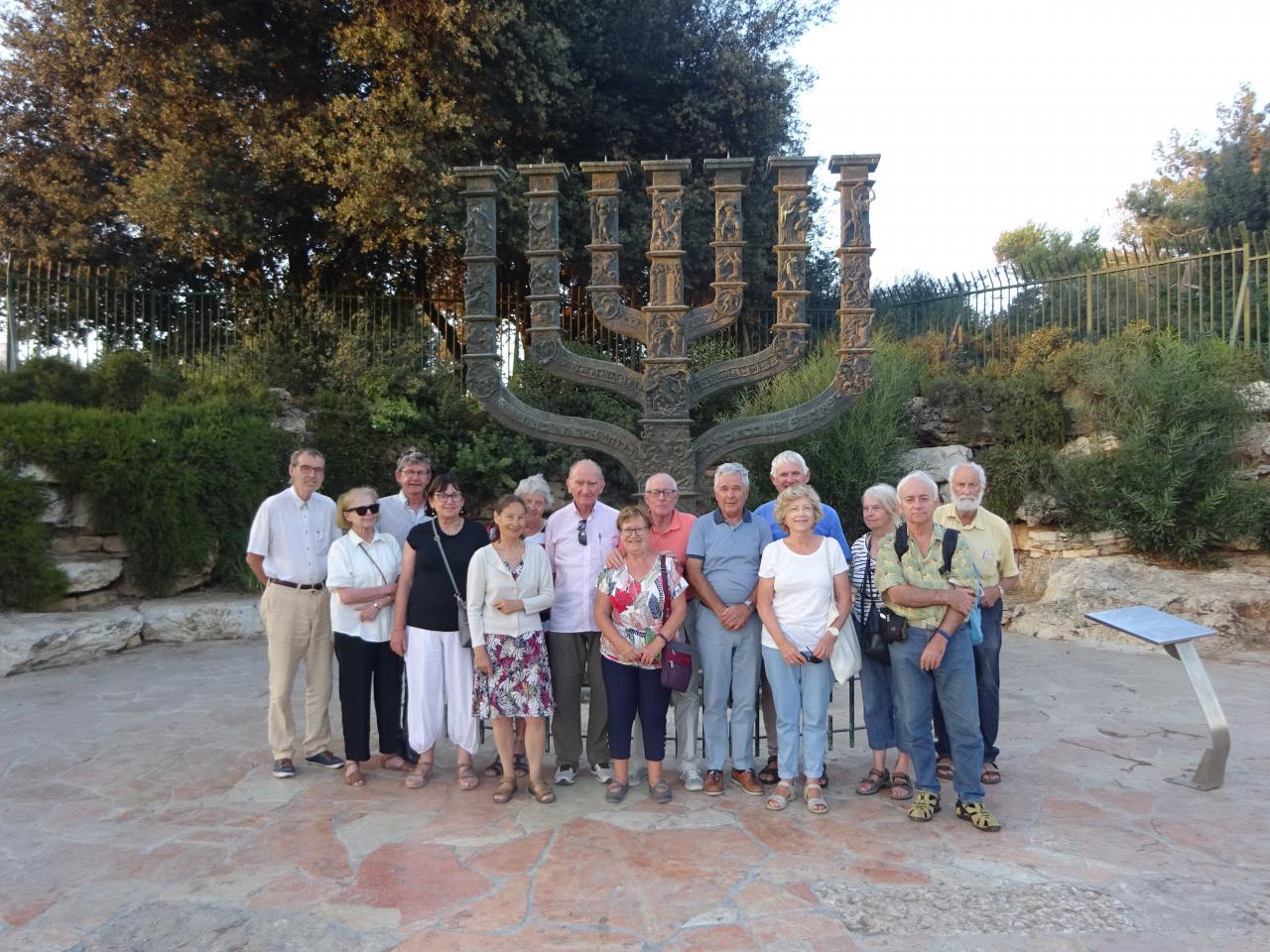 1-Groupe Loti devant la Menorah, emblème de l'Etat d'Israël-1