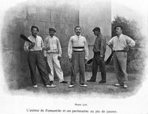 Pierre Loti entouré de ses amis pelotaris, en 1908