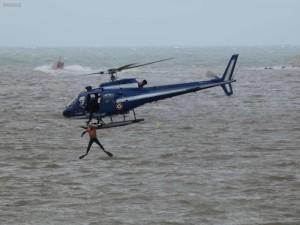 l-helitreuillage-d-un-homme-a-la-mer-par-l-helicoptere-de-la-gendarmerie-de-biarritz