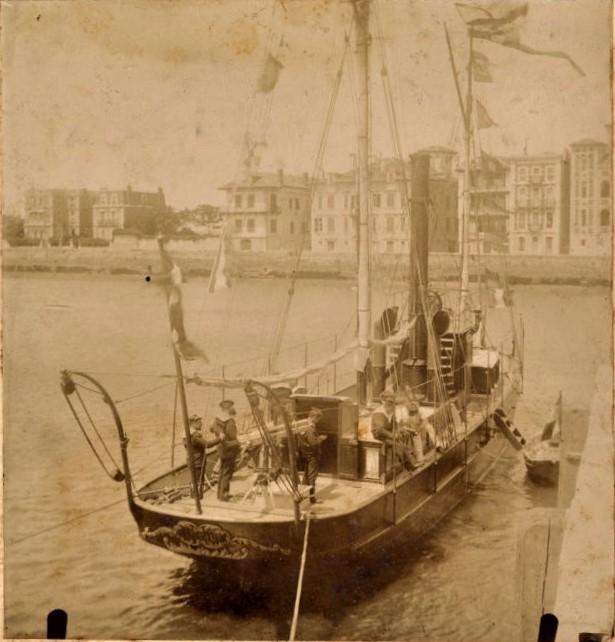 Le Nautile, amarré devant le quai de l'Infante, au port de Saint-Jean-de-Luz - Musées de la ville de Rochefort ©Musées-municipaux Rochefort 17